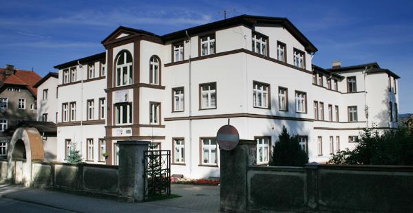 zdjęcie budynku ze starym ogrodzeniem