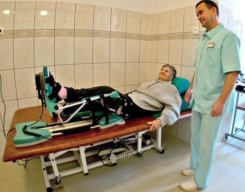 zdjęcie fizjoterapeuty podczas zabiegu