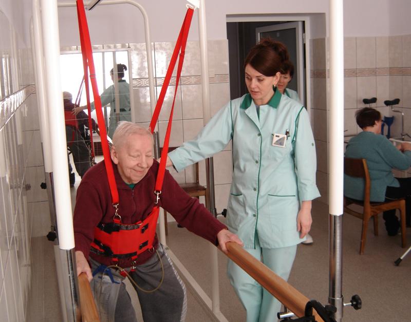 zdjęcie pacjenta podczas zabiegu z fizjoterapeutką