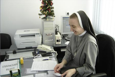 zdjęcie uśmiechniętej siostry w pracy biurowej