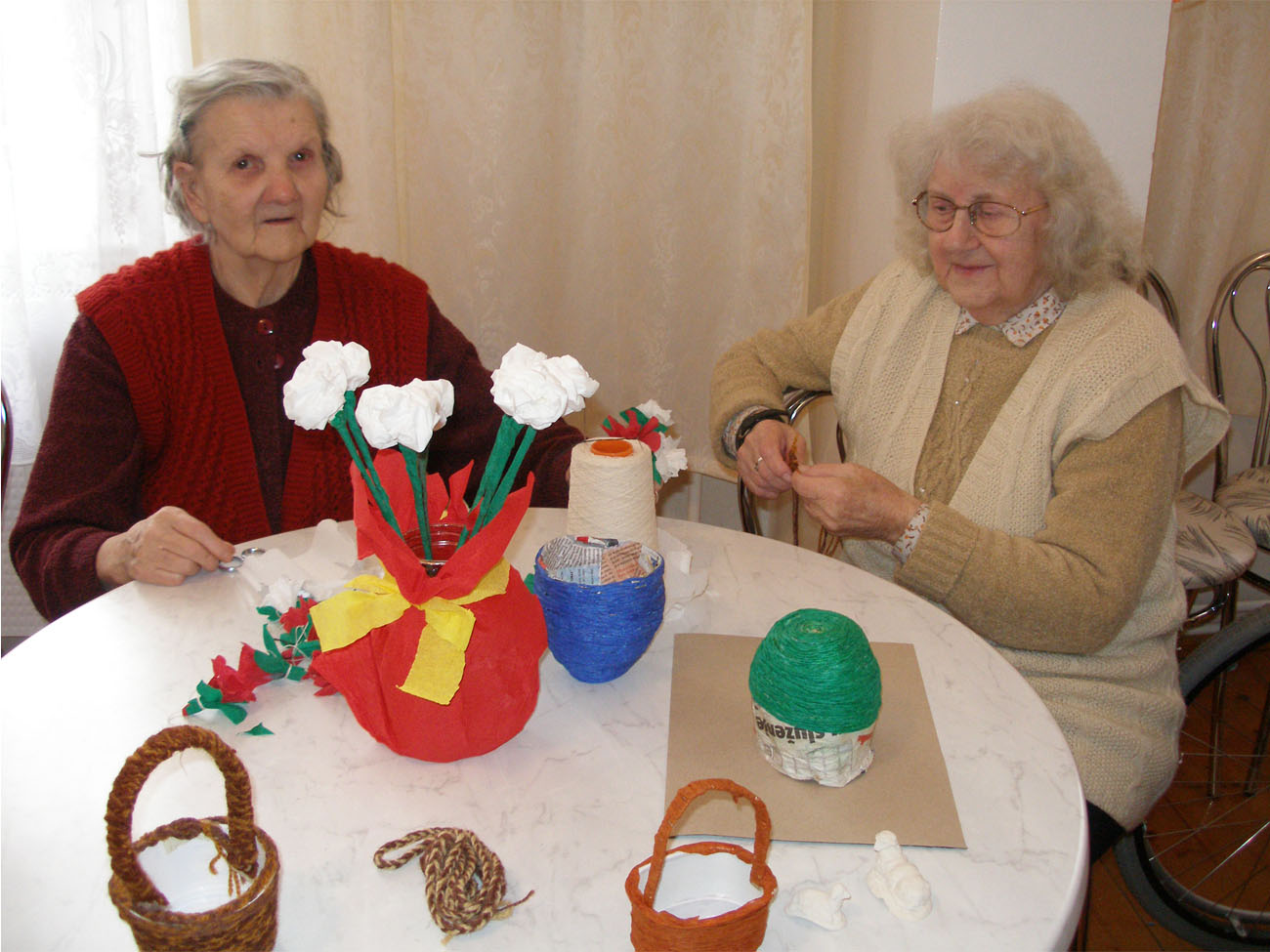 zdjęcie dwóch pacjentek podczas terapii zajęciowej