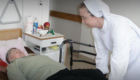 zdjęcie siostry przy łóżku pacjentki