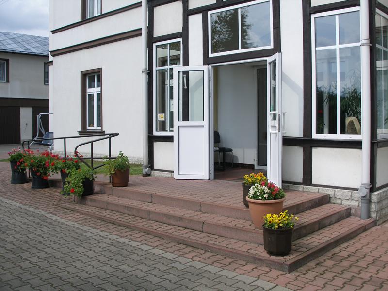 Zdjęcie wejścia głównego do budynku